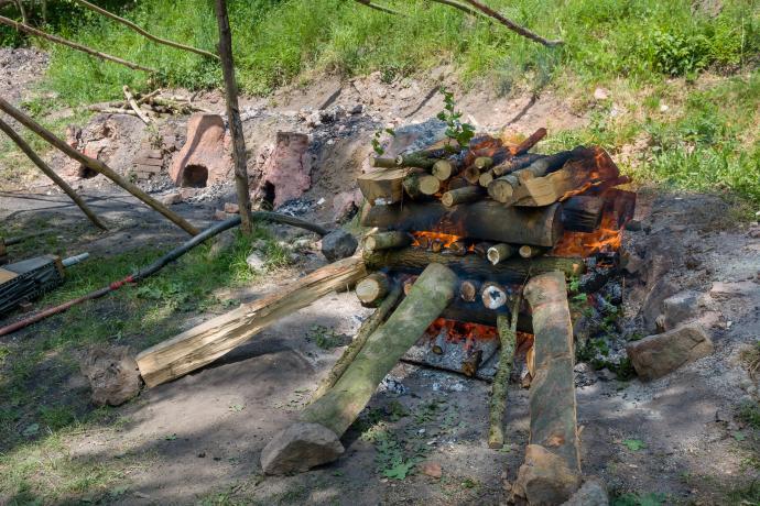 Pražení chalkopyritu v hranici ze syrového dřeva