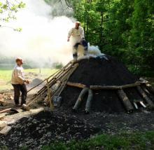 Stará huť u Adamova - květen 2017 - doplňování krále po zapálení milíře