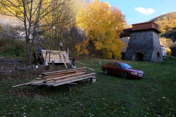 Stará huť u Adamova, listopad 2018 - oprava střechy polozemnice, ještě je podzim