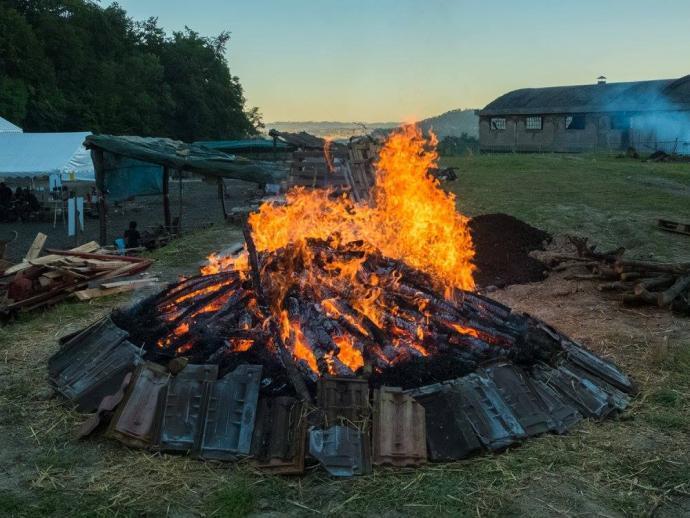 Keramický výpal v otevřeném ohništi