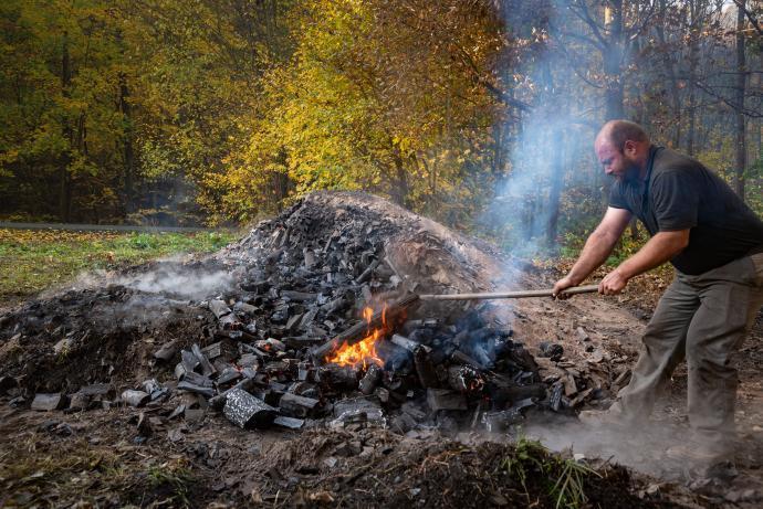 Rozhrnování uhlí do plochy