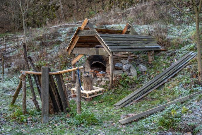 Stará huť u Adamova, listopad 2018 - zastřešovaná chlebová pec