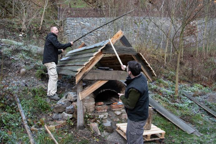 Stará huť u Adamova, listopad 2018 - stavba střechy je zjevně složitější nežli úspěšně naseknout železnou houbu...