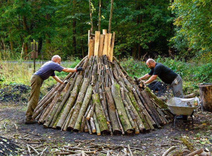 Skládaní dřeva do milíře