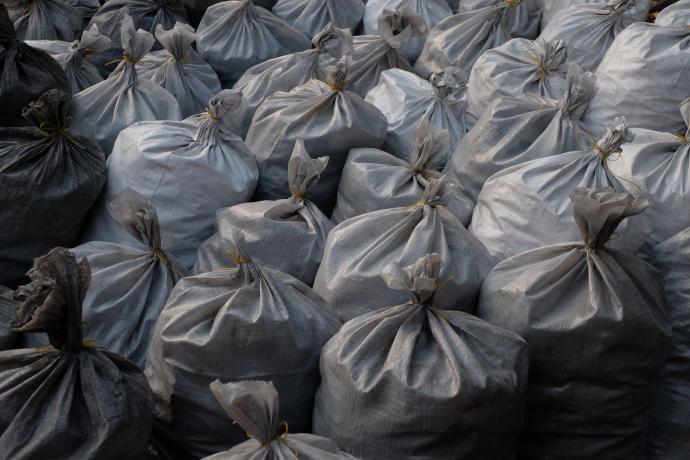 Zátiší z uhelných pytlů
