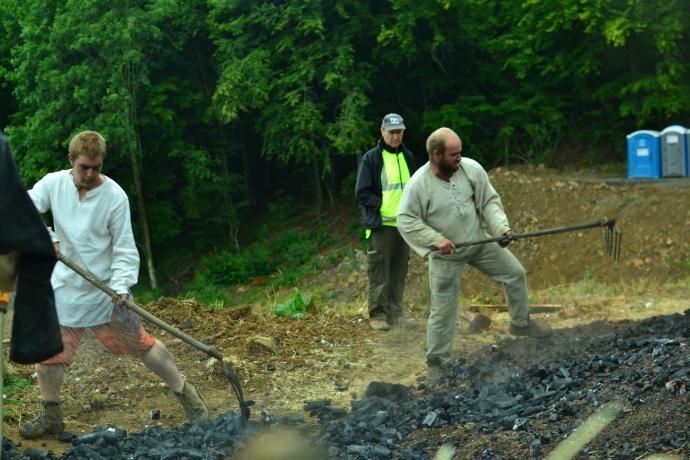 Vyhrabávání uhlí z milíře