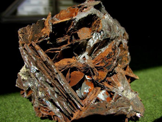 Drůza tabulkovitých krystalů hematitu z lokality Rio Marina, Elba, Itálie