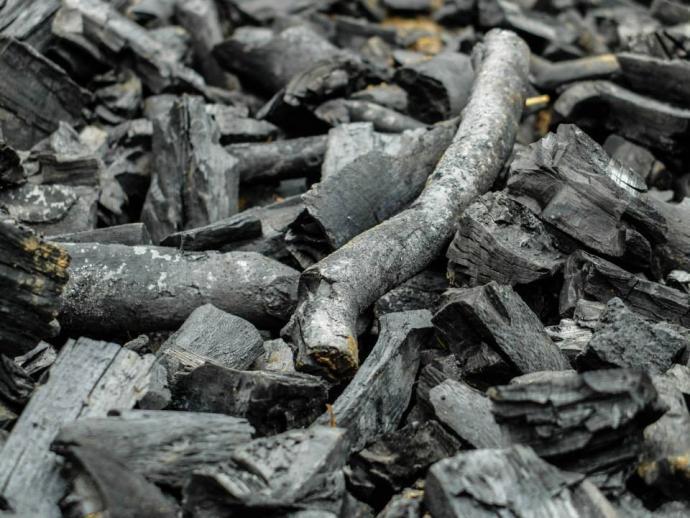 Detail dřevěného uhlí