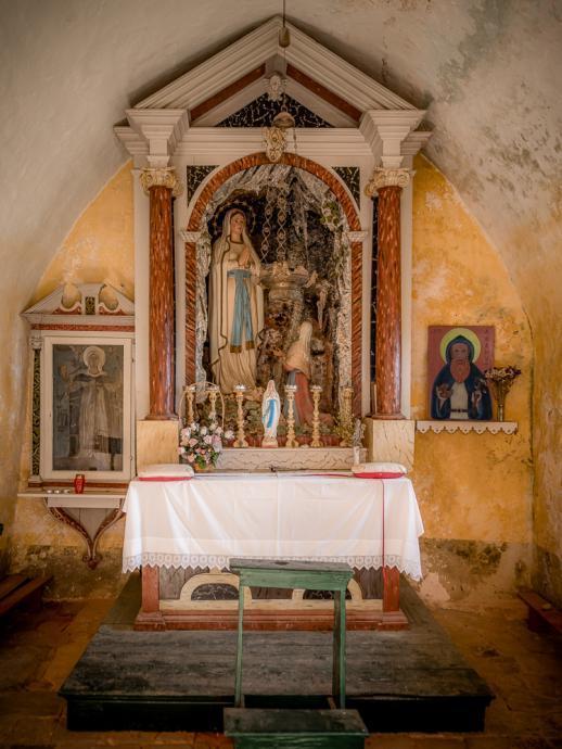 Oltář v kapli, obraz sv. Arahuta po pravé straně